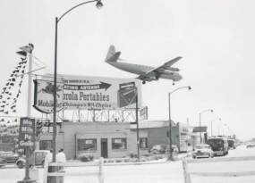 photo-chicago-midway-airport-plane-approaching-for-landing-mobilgas-sign-motorola-portables-billboard-1955
